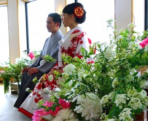 綺麗なお花に囲まれたメインソファー